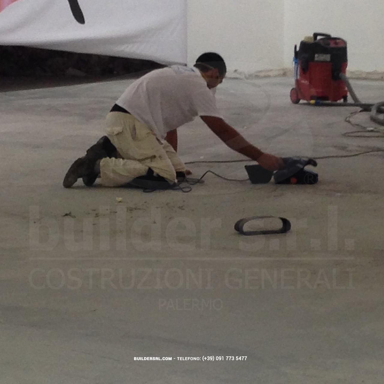 Levigatura della pavimentazione esistente - prima della stesura della resina di finitura.