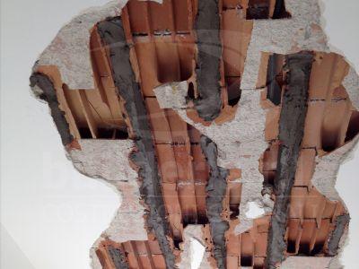 Ricostruzione dei travetti in cemento. - L'acqua intrappolata nel soffitto, a seguito di un'infiltrazione, ha arrugginito i travetti.