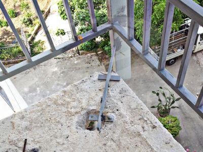 Fissaggio della ringhiera di un balcone - su una struttura già esistente al Centro Kolbe di Carini