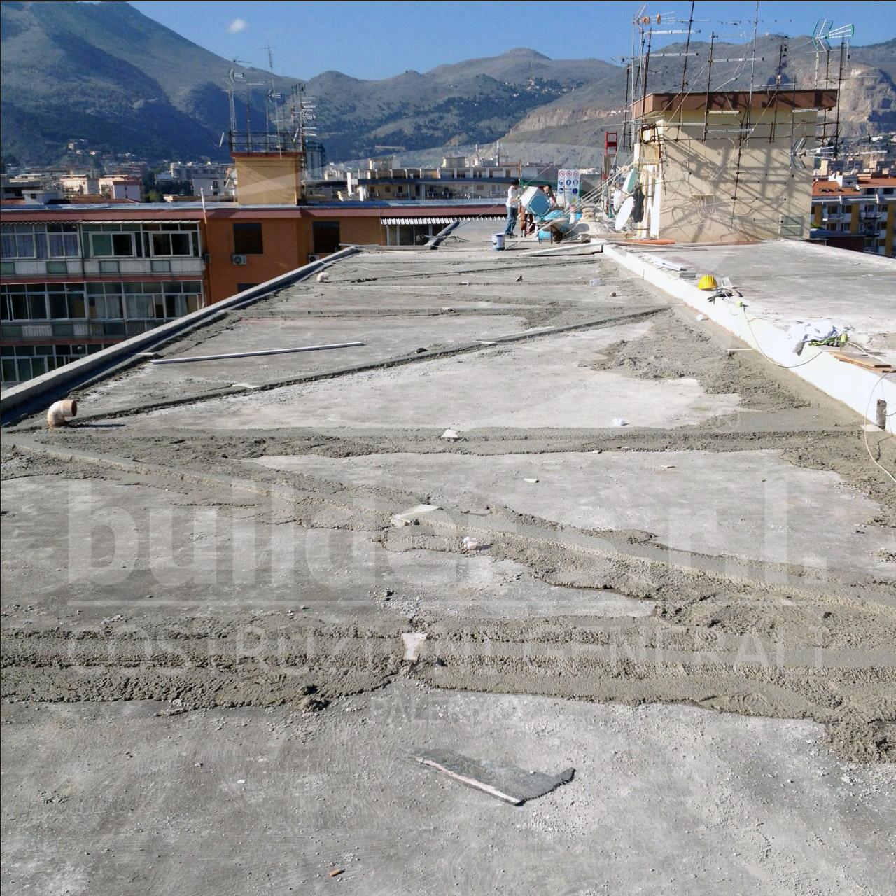 Costruzione quasi ultimata del nuovo massetto alleggerito. - Lo spazio delimitato dalle nuove guide verrà riempito da cemento, sabbia e polistirene Poron.