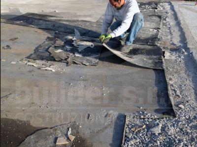 Rimozione della vecchia guaina di impermeabilizzazione. - Il vecchio strato di rivestimento era la causa delle più comuni infiltrazioni d'acqua.